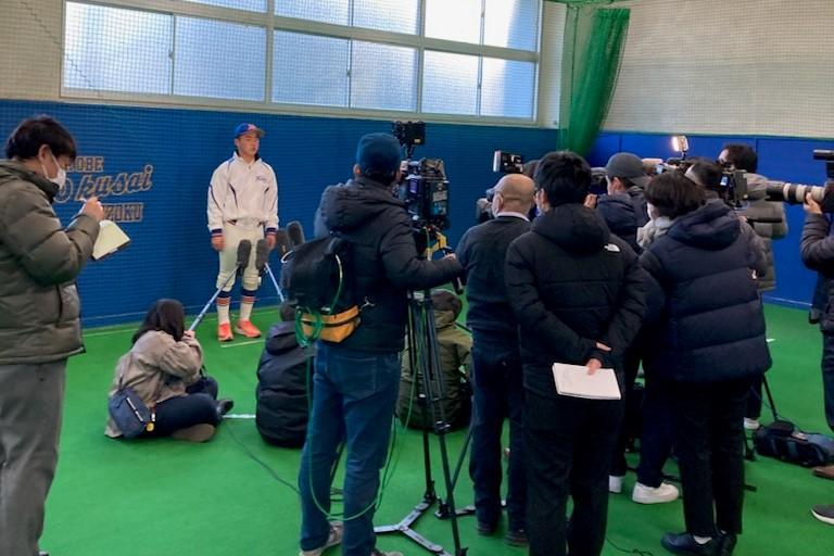 取材に答える選手たち。たくさんのメディアの方にお越しいただきました。